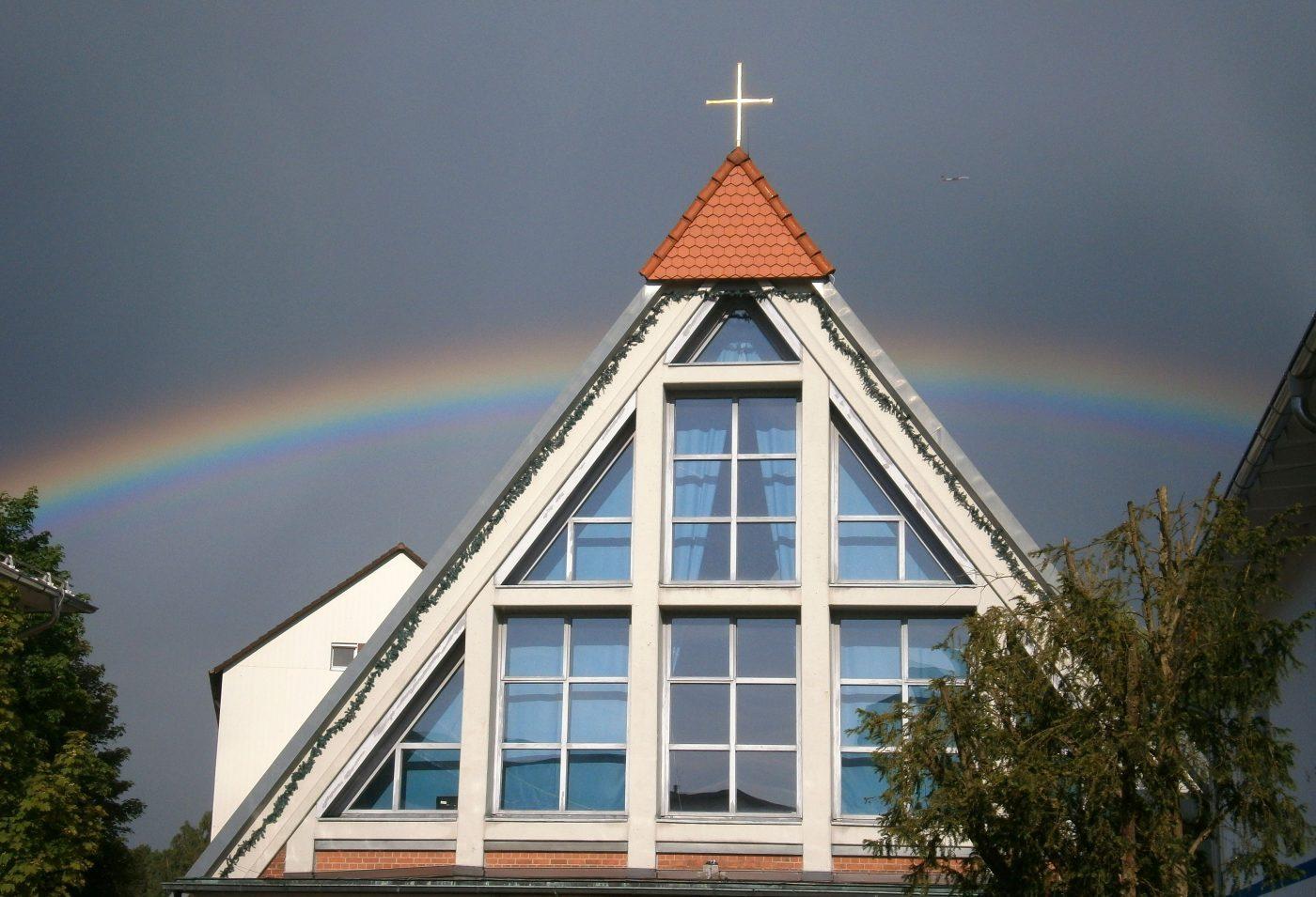 Christuskirche von außen mit Regenbogen