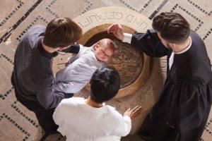 Taufe von oben mit Taufbecken